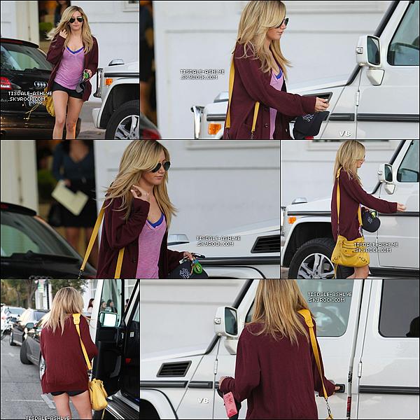 """24/01/2012 - Ashley à été aperçus hier au salon de coiffure """"The Bryon And Tracey Salon"""" dans Beverly Hills. Pour moi c'est un flop. Je n'aime que le sac. Vos avis? Top, Bof ou Flop?"""