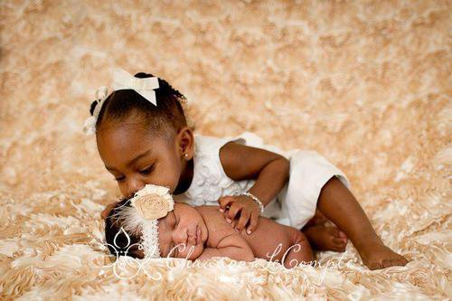Va voir le bébé et fais lui un bisous mon petit ange!