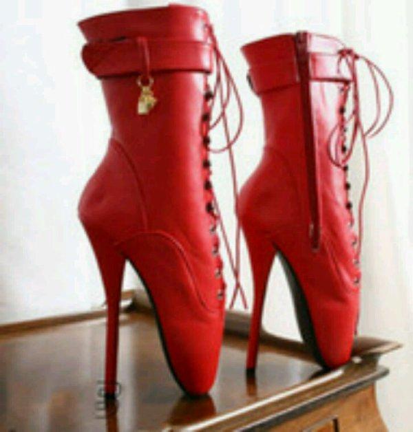 Besoin d'avis je veut acheter une paire de bottes pour ma copine laquel choisiriez vous ? Svp merci...et peut être une paires pour moi.....
