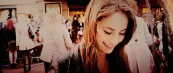 Elle se fichait de savoir qu'il était beau, moche, laid, petit, gros, grand, trapu, maigre. C'est lui qu'elle voulait, c'est à lui qu'elle s'accrochait. Il remplissait son coeur et la faisait rougir. Près de lui, elle avait les mains moites et un sourire niais placardé sur le visage. C'est de ça qu'elle avait besoin. Alors non, son apparence n'avait aucune importance.