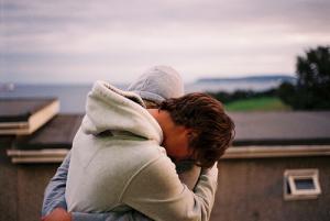 Qu'importe la vie, la maladie, les autres. Tout ce que je veux c'est être près de toi. Seulement toi. Les gens parlent, la maladie frappe, mais rien ne pourra m'empêcher de t'aimer, seul la mort pourra nous séparer, tu le sais au moins aussi bien que moi. Et, aujourd'hui, on est tout deux, ici, et là, contemplant l'univers, et ça fais un bien fou de pouvoir se dire que la vie est belle..