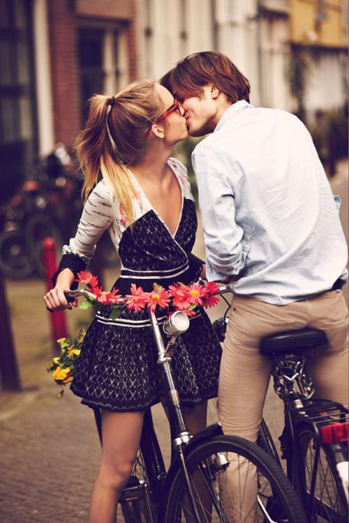 « A écouter mon coeur tambouriner dans ma poitrine, je me suis dit qu'on pouvait peut-être mourir d'un baiser. »