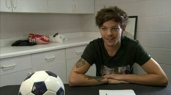 Louis qui signe son contrat de pro en foot avec l'équipe de doncaster !