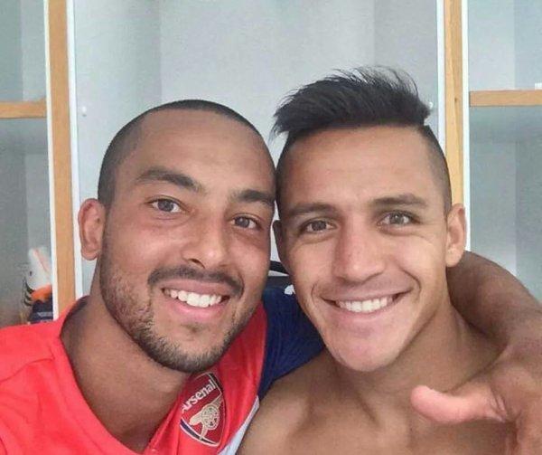 Alexis avec Theo Walcott lors du match de hier contre le Benifica ! Alexis devra être normalment titulaire face à Monaco ! Desoler si je met plus beaucoup de News mais je suis en Vacances à Barcelone , je ferai tout mon possible !