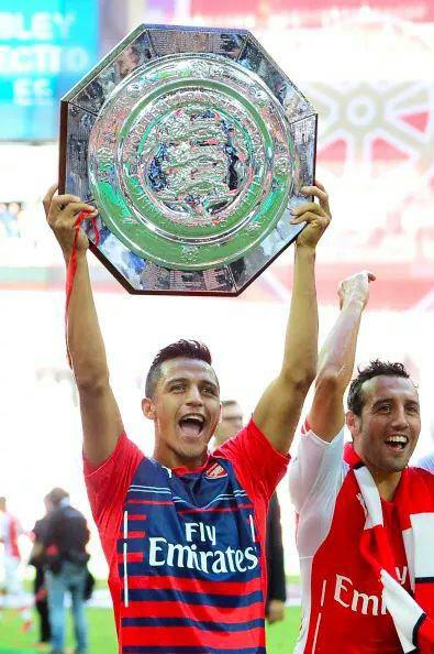 Alexis léve son premier titre avec Arsenal la Super Coupe d'Angleterre grace à une victoire 3-0 face à Manchester City !