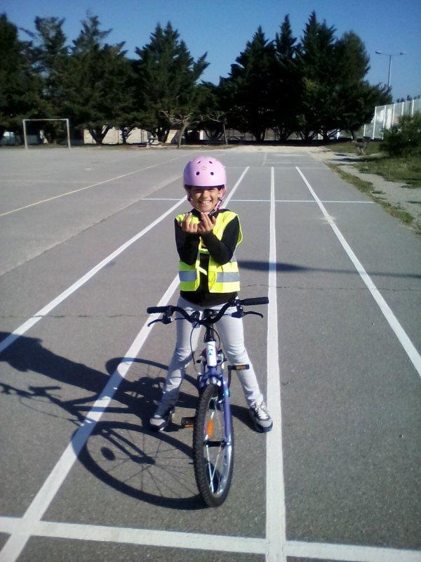 La fille qui fait du vélo