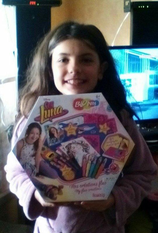 Ma fille avec les cadeaux de Noël