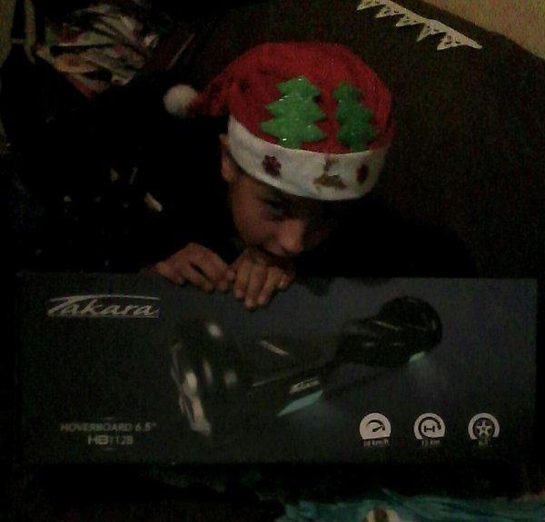 Ma fille avec ses cadeaux de Noël