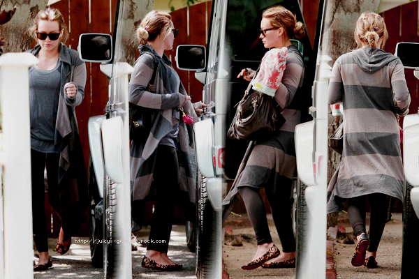 ..22/08/11 Dans la matinée Hilly a été vu allant au Starbucks et se prendre un café. Photos..