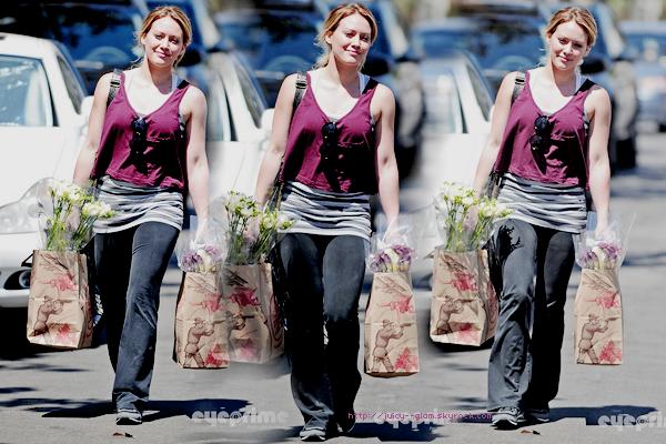..29/08/11 Hil et une amie quittant la gym. Toute souriante j'adore !! ♥ Photos..