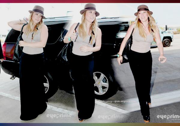 ..02/09/11 Hilou radieuse a été vu arrivant à l'aéroport de LAX, elle se rend au Brésil pour le festival du livre. Photos.