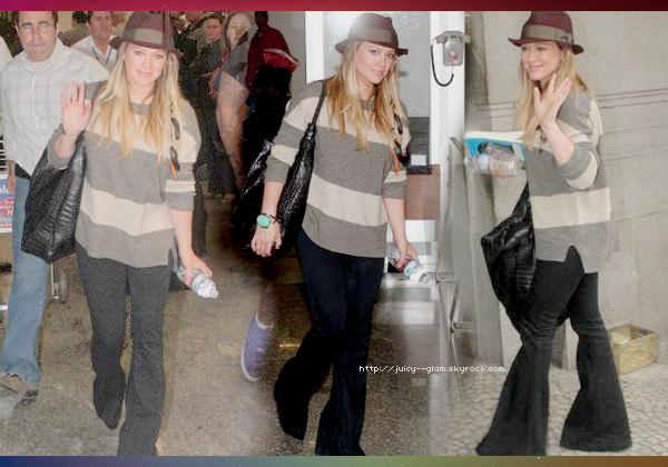 ..03/09/11 Hil arrivant au Brésil. Toute souriante :D (dsl photos en MQs) Photos.