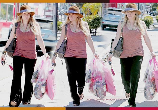 ..08/09/11 De retour au US Hil a été vu faisant un peu de shopping chez Maxfield. Photos..