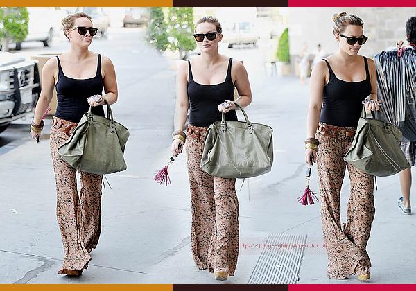 ..15/09/11 Hilary et sa grande soeur quittant un centre de manucure, LA. Euhh je la trouve superbe mais c'est quoi ce pantalon Hilary ?? En jupe les motifs comme ça sont très beau (je l'ai) mais en pantalon ce n'est pas ce que j'aime le plus. Photos..