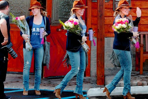..28/09/11 Le jour de son anniversaire Hilary a été aperçu par les paps (très sympa car ils lui ont chanté joyeux anniversaire et lui ont offert des fleurs :) ) avec Haylie alors qu'elles se rendaient à la clinique vétérinaire pour y amener Lola afin de voir si elle va bien. Photos..28/09/11 Ensuite les filles ont été déjeuner dans Studio City. TOP j'adore !!!! Photos..