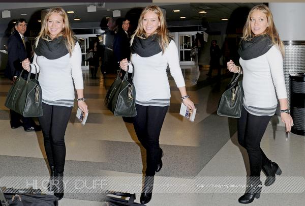 ..._______09/10/11.___La galerie des photos.__Hil, toute souriante, à l'aéroport de New York..__J'adore elle est magnifique très souriante top !! Elle est vraiment rayonnante j'aime tellement la voir comme ça ♥ Son ventre!! :DD.