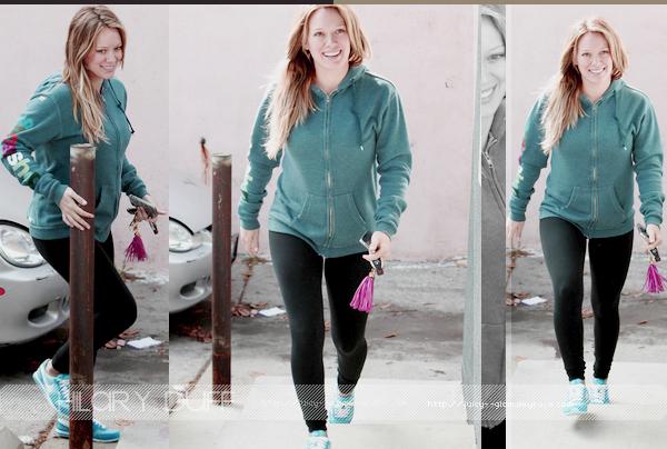 ...___21/10/11.___La galerie photos .__Hilary, souriante :D (like always♥) allant a son cours de sport..____________J'aime j'aime j'aime la voir comme ça!!.