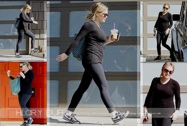 ...___26/10/11.___La galerie photos .__Hilary allant a son cours de Pilate dans Los Angeles..____________Ahhhh on peut vraiment voir son ptit ventre surtout sur cette photo! Qu'elle est belle!..