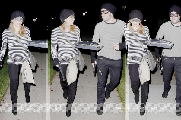 ...___31/10/11.___[a=]La galerie photos .__Hil, et son mari Mike, se rendant à la fête d'Halloween d'Ashley Tisdale. Ils optés par un costume de voleur..____________Je trouve leur costume extra ils sont excellent et j'adore le ptit ventre d'Hilary! So cute!.____________Hilary nous a annoncé également via twitter qu'elle avait commencé les cours de vocalise juste pour s'y remettre elle précise que c'est pour le divertissement :).