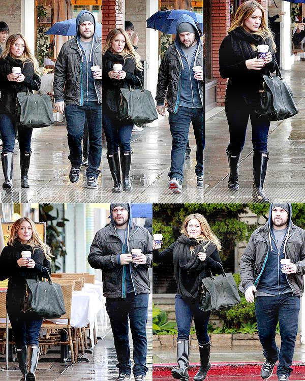 """...20/11/11.___La G photos .__Hil et son chérit Mike quittant sous la pluie le café """"Coffee Bean"""" dans Beverly Hills..__Top! Elle est vraiment belle! Et j'adore avoir des candids de tout les deux! ."""