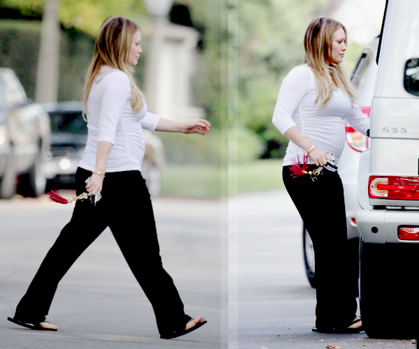 ...23/11/11.___La G photos .__Hil quittant la maison de Susan sa maman à Toluca Lake..__son bidon se voit vraiment bien! La grossesse lui va a ravir *o* .