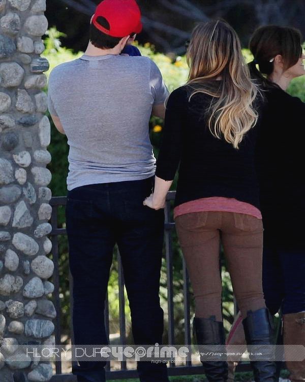 ...25/11/11.___La G photos .__Hil et Mike au Coldwater Park dans Beverly Hills..__Trop mignon !! On s'habitue déjà a les voir au park^^ .