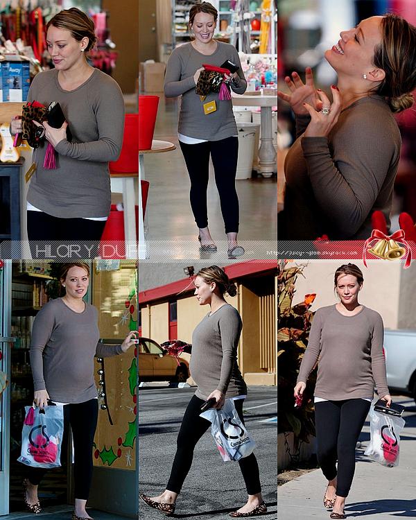 ..__.22/12/11._La G photos ._Hil faisant du shopping pour Noël à Cinema Secret..___Hil elle sourit plus sur ce candids, ça fait plaisir à voir :D!    .