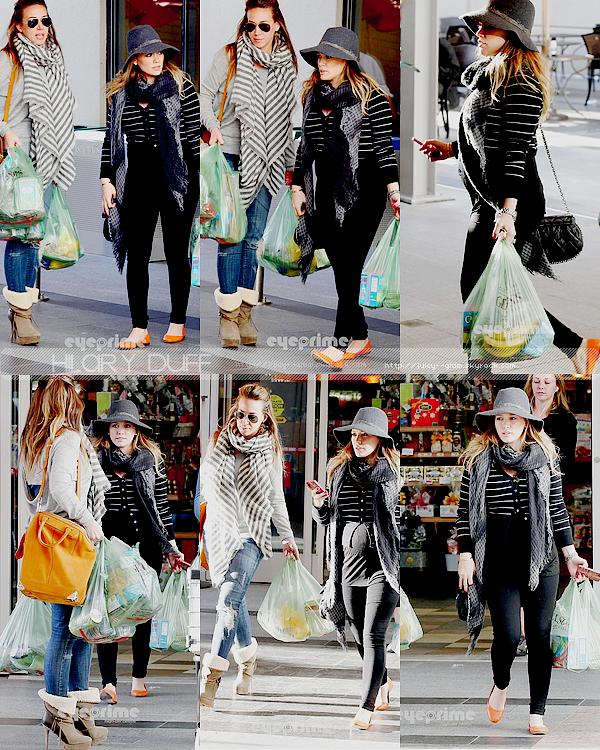 ..____.23/12/11._La G photos ._Hil faisant des courses avec son mari Mike et sa soeur Haylie. .___Hil est superbe! Top ! Haylie aussi est très jolie. 2 top pour les soeurs Duff    .