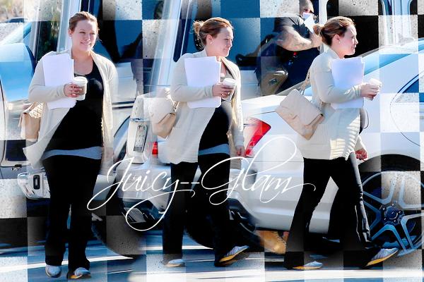 ...____________17/02/12.___La G photos .__Hilary se rendant dans les studios de Funny or die..__Hâte de voir ça  .