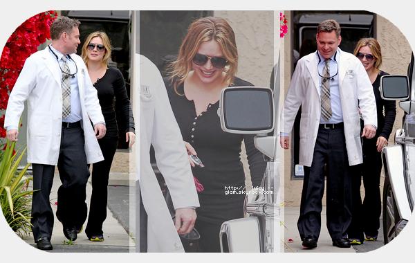 """___l___________________________________________________________________________________________le mercredi 25 avril 2012_Hilary quittant le cabinet de son dentiste à Burbank, CA  Elle est toute souriante! Bof pour la tenue (sport). Sinon elle a tweeté """"Love my dentist ....HATE going!!"""""""