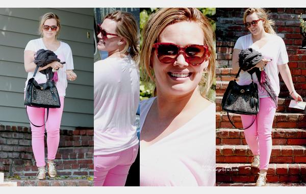 ___l___________________________________________________________________________________________le jeudi 17 mai 2012_Hilary quittant la maison d'une amie dans son quartier à Studio City, LA  j'aime sa tenue! j'adore ça change des tenues de sport :D