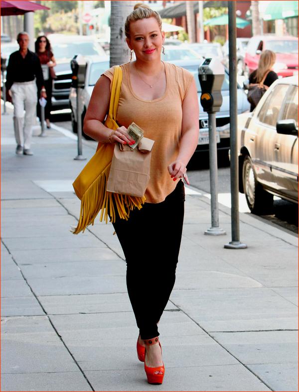 """___l___________________________________________________________________________________________le vendredi 8 juin 2012_Hil quittant une clinique dans Beverly Hills Top!! Qu'elle est belle! Petit + pour son collier avec la lettre """"L"""" pour Luca! so cute ♥ (+ elle a posté une photo sur twitter)"""