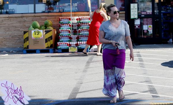 """___l______________________________________________________________________________________le samedi 21 juillet 2012_Hilary allant faire des courses au supermarché """"Ralph"""" dans Sherman Oaks Top j'aime beaucoup sa tenue"""