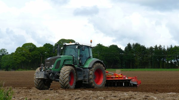 Préparation de terre a maïs Fendt 927 & Herse Rotatibe Kuhn HR6004 .