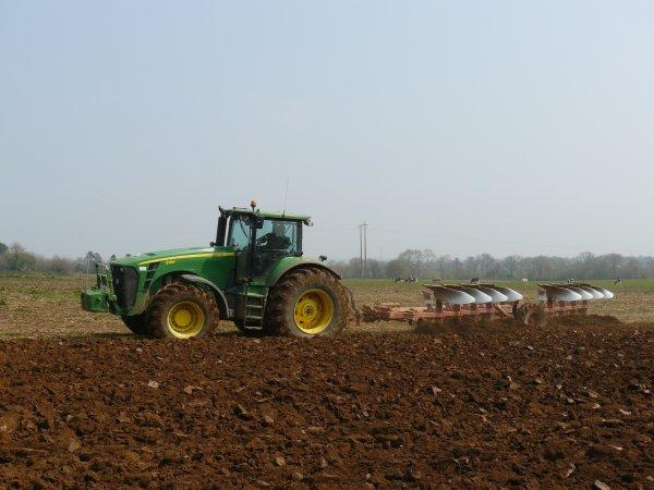 Préparation de terre à maïs avec John Deere 8130 & Naud 8corps.