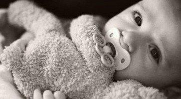 """Areuh!Un jour avant sa naissance,le bébé se dit : """"Je ne sais pas se que je dois faire dans ce monde !""""Une douce voix lui répond : """"Je t'envoie un ange qui seras a tes cotés"""".""""Mais je ne connais pas sa langue """"dit le bébé.La douce voix répond """"L'ange te l'apprendra et il te protégera du mal """"Et il s'appelle comment mon ange?""""dit le bébé.""""Son nom est sans importance mais toi tu l'appeleras : Maman..."""