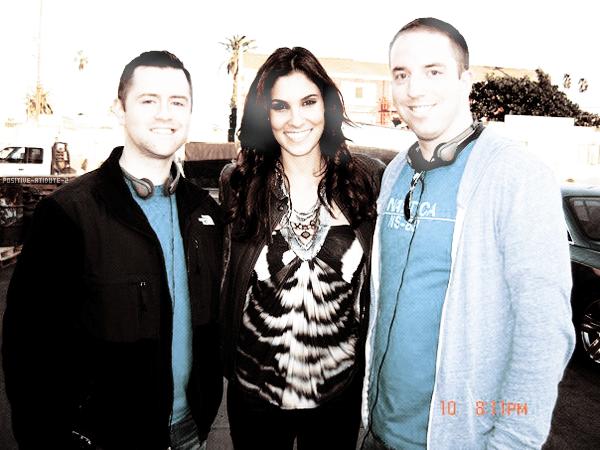 Daniela Ruah pose avec Chris Swarthout et Jay Allen , Jay Allen est l'organisateur de l'énvenement Justin's TV Appearance on NCIS:Los Angeles sur Facebook