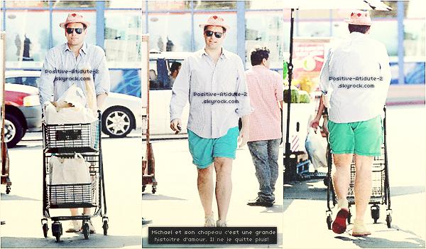 18/08/12 - Michael Weatherly à était apperçus se rendant à l'épicerie à Los Angeles tout en s'étirant