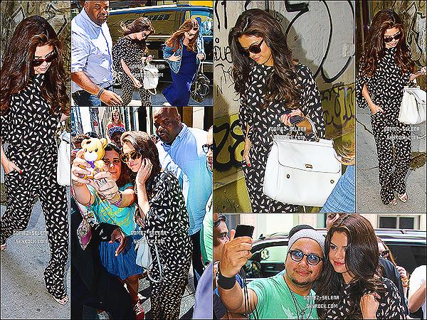 29/06/13 : Selena  a été vue arrivant à un studio à  Soho pour faire la promo de son album  situé à  New York    Plus tard , Selena a été vue posant avec ses fans devant le studio toujours dans New York. Sel a eu une journée remplis ce jour-ci.