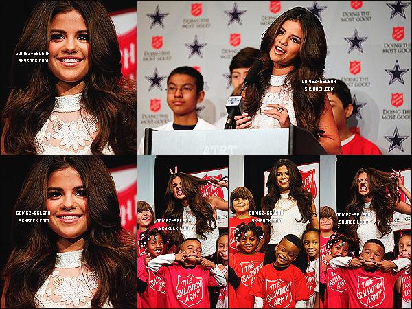 03/11/13 : Selena Gomez donnait une conférence presse lors de la partie des « Dallas Cowboy » au Texas.    Plusieurs fans chanceux présents sur place on pu poser avec miss Selly, dont plusieurs photos on été posté sur les réseaux sociaux !