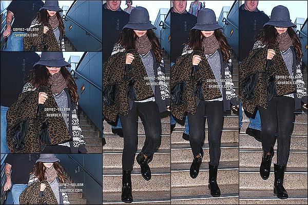 30/11/13: Après séjourné quelques jours à Dallas - Selena a prit un vol pour retourner chez elle, Los Angeles.  Découvrez alors le candids de Sel à l'aéroport de LAX en Californie. Pas grand chose à dire sur sa tenue, c'est vraiment un gros BOF.
