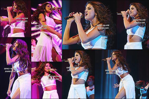03/11/13 : De nouveau, Selena Gomez a offert un concert de sa tournée « Stars Dance » - à Dallas au Texas !    Le WORLD TOUR de l'album « Stars Dance » se poursuit jusqu'au 28 novembre et de nouvelles dates sont ajoutés en début 2014..
