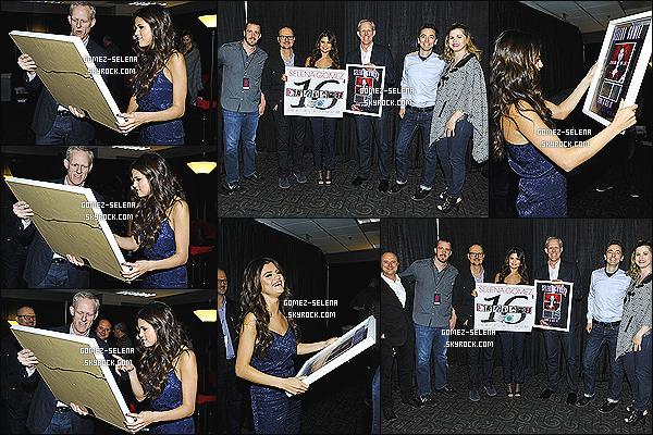 06/11/13 : Selena s'est fait remettre un award pour ses 16 million singles de copies vendues dans le monde !  Son beau-père Bryan et sa mère Mandy on d'ailleurs posé avec S. Sel a aussi reçu un award de la fondation «Make A Wish» le 05/11