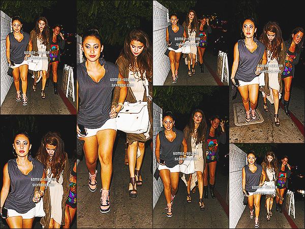 07/06/13 : Selena a dîné au « Château Marmont » avec ses amies Francia Rasia puis  Charity Baroni à L.A Selena a également laissé un mot à un membre des Union J: « Salut George, c'est Selena, j'étais de passage à Londres et je me suis ... »