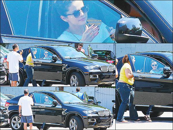08/06/13 : Selena a été aperçue en bonne compagnie avec David Henri dans un restaurant de Los Angeles  Selena et David ont été aperçue quittant ensemble, hier après-midi, le restaurant « Kabuki » un restaurant de sushis de Los Angeles