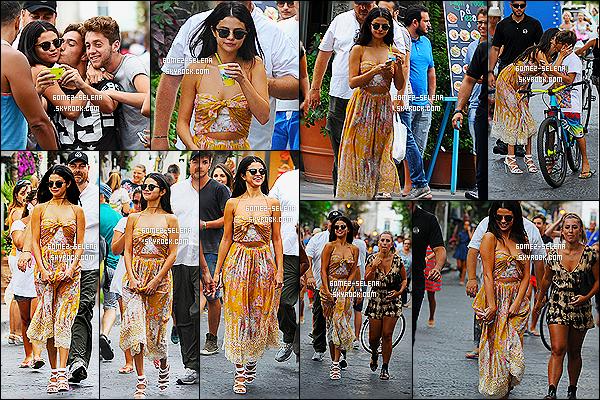 18/07/14 :  Selly Gomez  profitant du 7ème jour du festival « Ischia Global Film and Music» à Ischia en  Italie. Je trouve la tenue de Sel Gomez géniale, petit hic: les chaussures! J'ai vraiment du mal à accrocher.. Si non pour moi c'est un beau TOP!