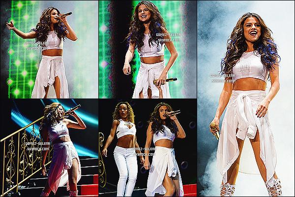 09/11/13 : Un concert du Stars Dance Tour à été donné cette fois au Nevada - à Vegas au Mandalay Bay Events  En plus d'avoir changer ses micros à paillettes pour un joli micro dorée, Selena s'est fait faire des mèches bleu comme au WOTN Tour