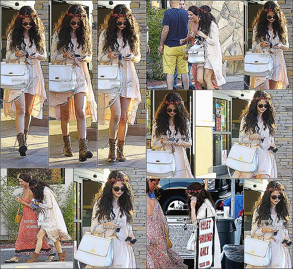 14/06/13 : Selena est allée au « Kabuki Restaurant » en compagnie de Charity, à Tarzana dans la Californie.  Selena portait une tenue à la fois bohème et chic avec une robe couleur pêche un cardigan blanc et un sac D&G. Alors TOP/FLOP ?
