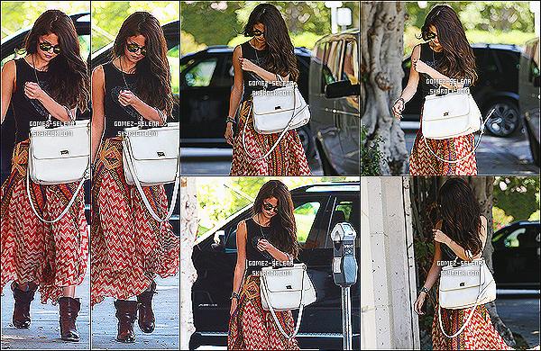 18/06/13 : Selena a été vue se rendant à un salon de beauté et elle a été vue à une station service dans L-A  Avant d'arriver au salon de beauté Selena a eu la gentillesse de s'arrêter et de donner de l'argent à un homme sans-abris - photos ici