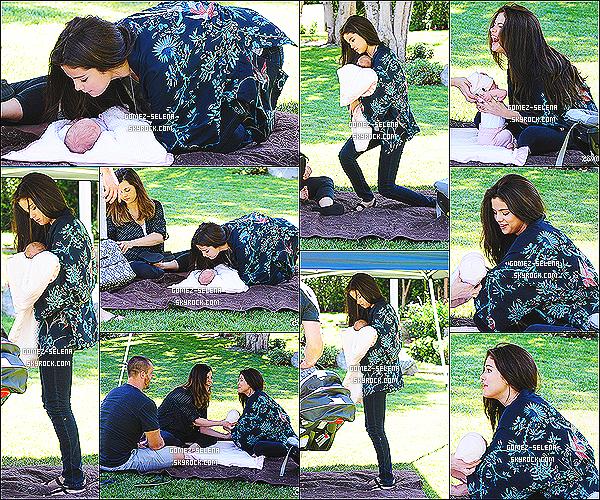 19/06/13 : Selena était en famille lors de sa pause dans un parc à malibu  avec sa nouvelle petit s½ur Gracie  Selena a été vue en compagnie de Taylor Swift sa meilleure amie mais elles ont été prises en photos par des fans dans le Connecticut